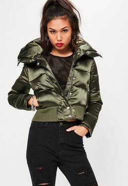Wattierte Kurz Crop Kapuzen-Jacke aus Glanz-Satin in Khaki