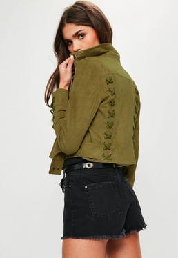 Zamszowa ramoneska z ozdobnymi wiązaniami na plecach w kolorze khaki