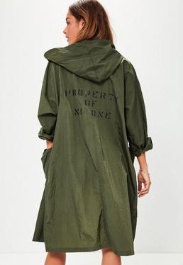 Oversize Regenmantel mit Taschen und Rückenslogan in Khaki