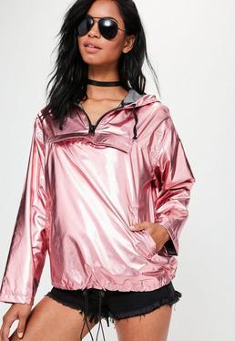 Chubasquero de acabado metalizado con capucha y cremallera en rosa
