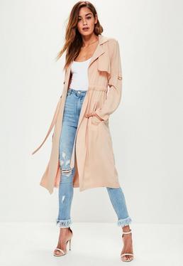 Różowy płaszcz trencz z wiązaniem w pasie