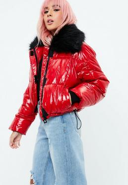 Czerwona watowana kurtka z futrem