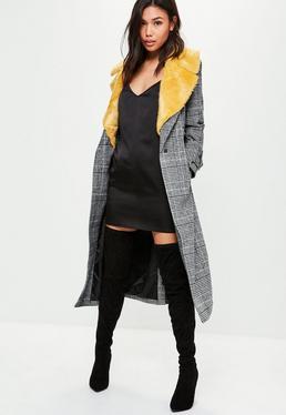 Czarny płaszcz w kratę z futrem