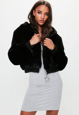 Londunn + Missguided Chaqueta con capucha de pelo sintético en negro