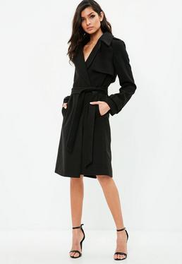 Czarny wiązany płaszcz