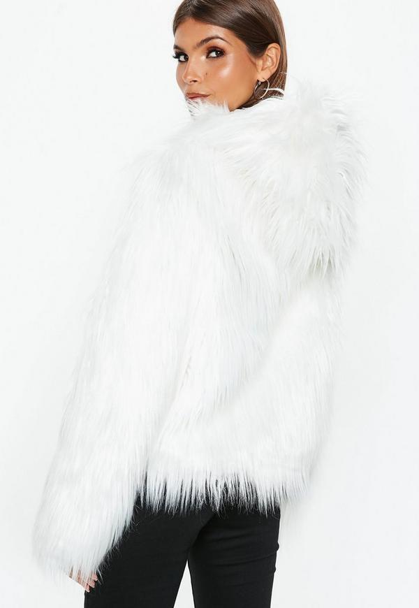 4ea6e4298a7d2 ... Manteau blanc à capuche en fausse fourrure. Précédent Suivant