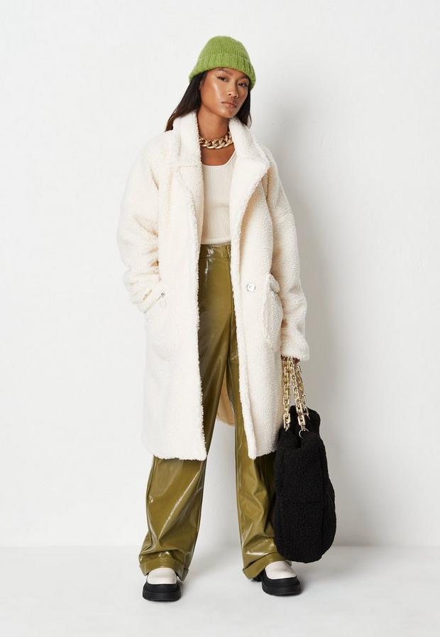 Artikel klicken und genauer betrachten! - Teddyfell-Mantel mit Reißverschluss-Taschen in Creme   im Online Shop kaufen