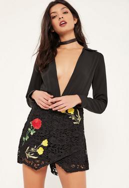 Combishort noir jupe-short brodé avec empiècement dentelle