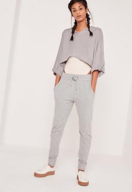 Szare spodnie dresowe wiązane w pasie