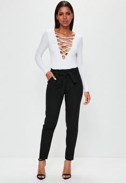 Pantalones rectos con cinturón anudado y cintura plisada negros
