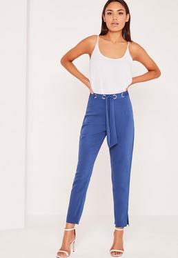 Pantalon bleu ceinturé à œillets