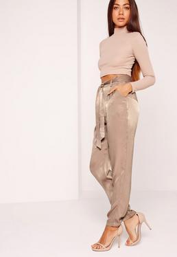 Pantalon cigarette en satin beige avec ceinture