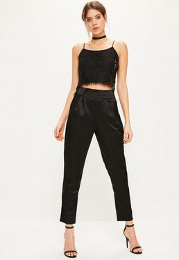 Czarne satynowe spodnie cygaretki z ozdobnym paskiem