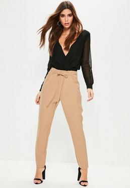 Beżowe spodnie cygaretki z wiązniem w talii