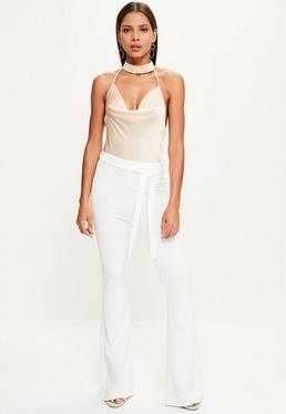 Pantalon blanc évasé avec ceinture à nouer