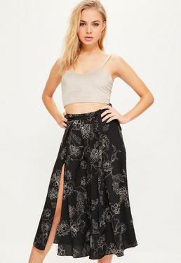 Czarne spodnie culotte w kwieciste wzory z rozporkiem