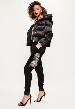 Pantalón de chándal con bordado de rosas y números romanos en negro
