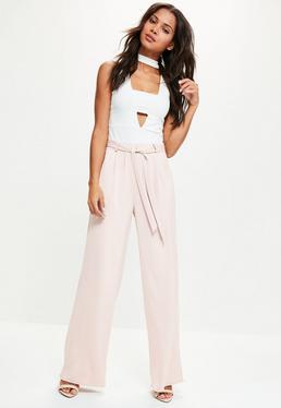 Fioletowe satynowe spodnie z szerokimi nogawkami wiązane w pasie