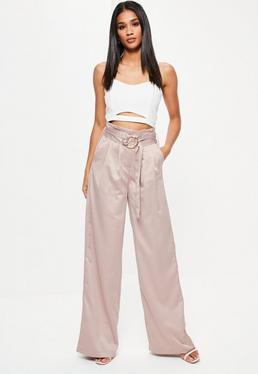 Różowe satynowe spodnie z szerokimi nogawkami i ozdobnym paskiem