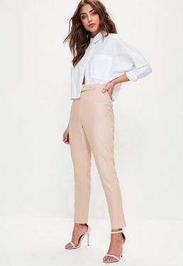 Beżowe spodnie cygaretki z ozdobnym paskiem i wysokim stanem