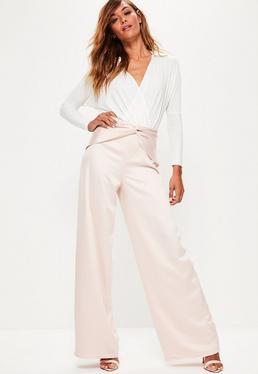 Różowe satynowe spodnie z szerokimi nogawkami wiązane z przodu