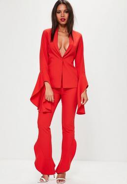 Czerwone spodnie cygaretki z ozdobnymi asymetrycznymi falbanami