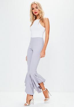 Pantalón de pinzas asimétrico con volantes en gris