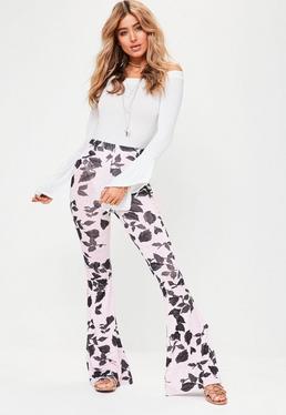 Różowe spodnie z rozszerzanymi nogawkami w liście