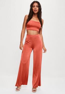 Pantalón brillante con pierna ancha en naranja