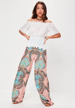 Różowe spodnie z szerokimi nogawkami w orientalne wzory