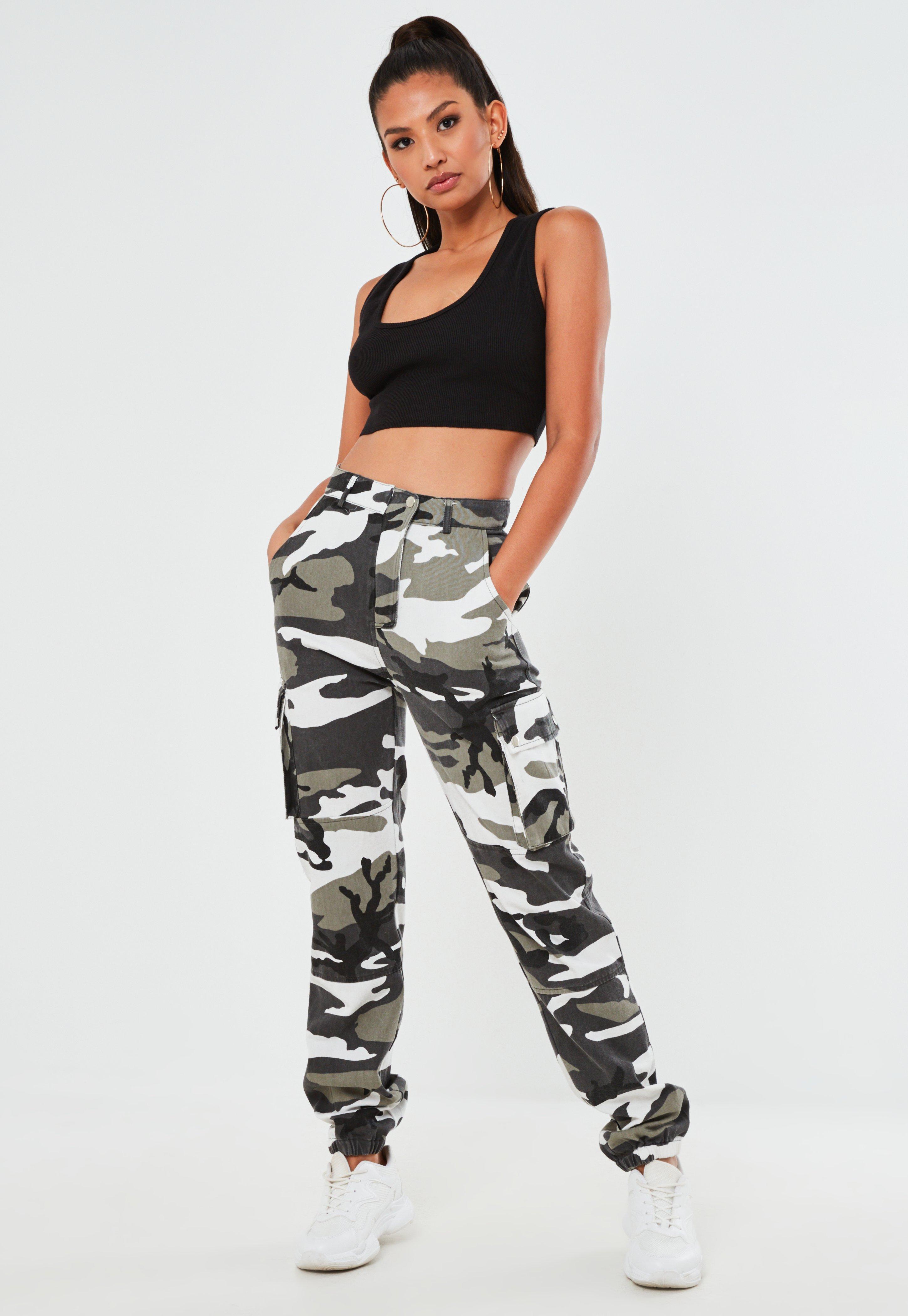 7b54554f7a5 Pantalon cargo gris imprimé camouflage