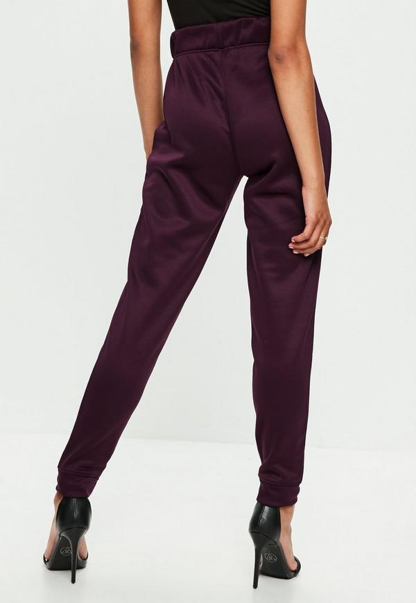 women's joggers & sweatpants With the Nike women's joggers and sweatpants collection, it won't be hard to find one of the most versatile pair of pants you'll ever own. Choose from an assortment of styles, colors and cuts, including capris and full-length varieties.