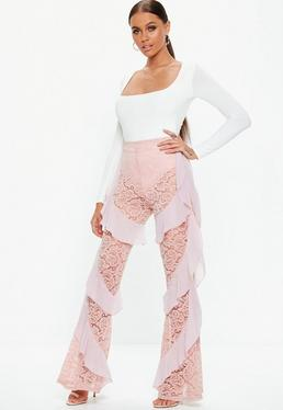 Carli Bybel x Missguided Różowe koronkowe spodnie z falbanami