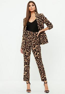 Pantalón de pinzas con estampado leopardo en marrón