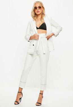 Pantalón recto tobillero con cinturón en blanco
