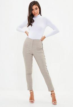 Brązowe spodnie cygaretki w kratę