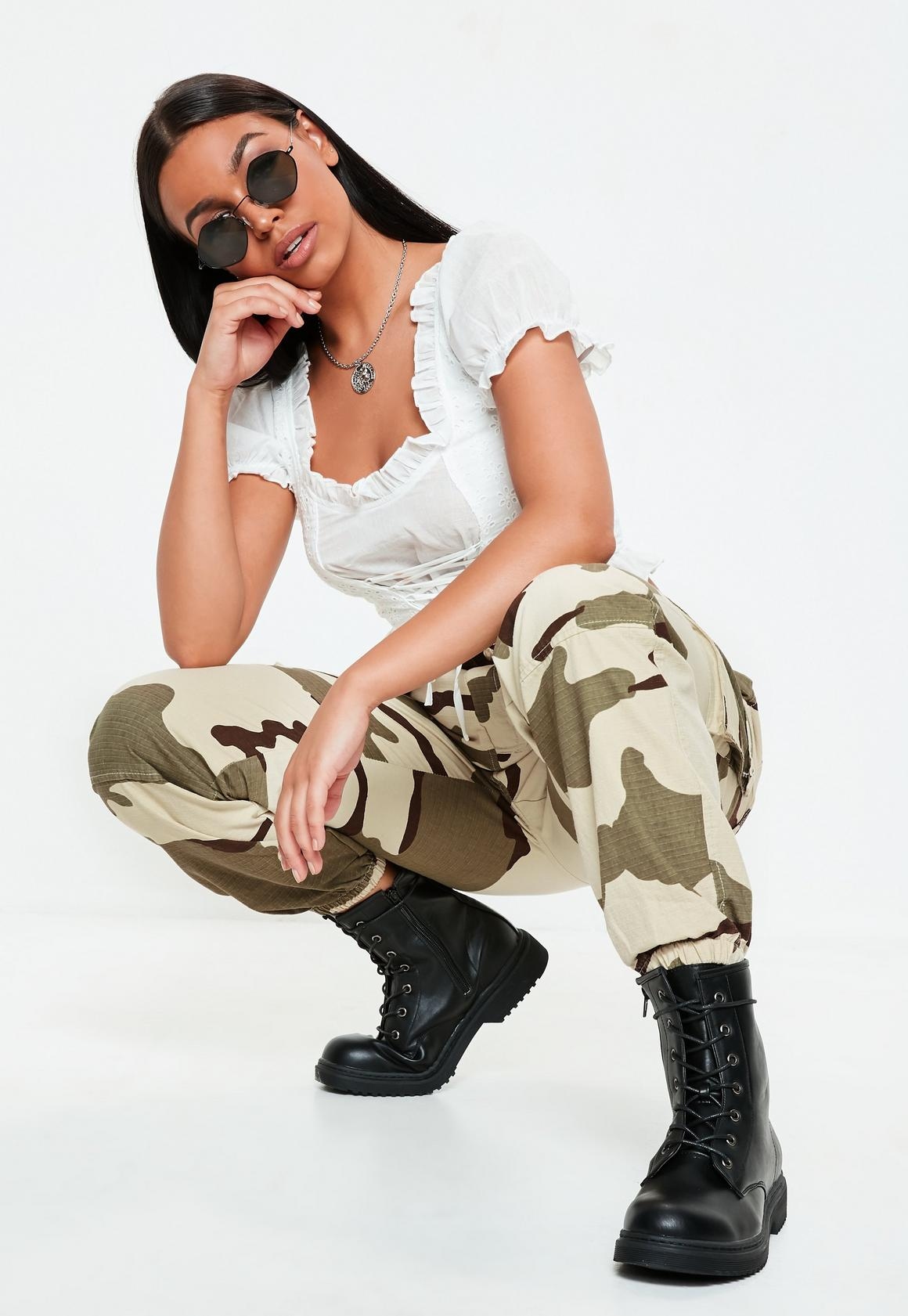 Beige Cargohose mit Camouflage-Muster | Missguided