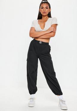 6906304f525d1 Pantalon cargo crème grandes tailles · Jogging noir style cargo détail  ceinture