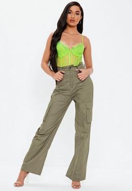 511b00b751bd Pantalon large à petits carreaux roses · Pantalon vert kaki droit dans un  style cargo