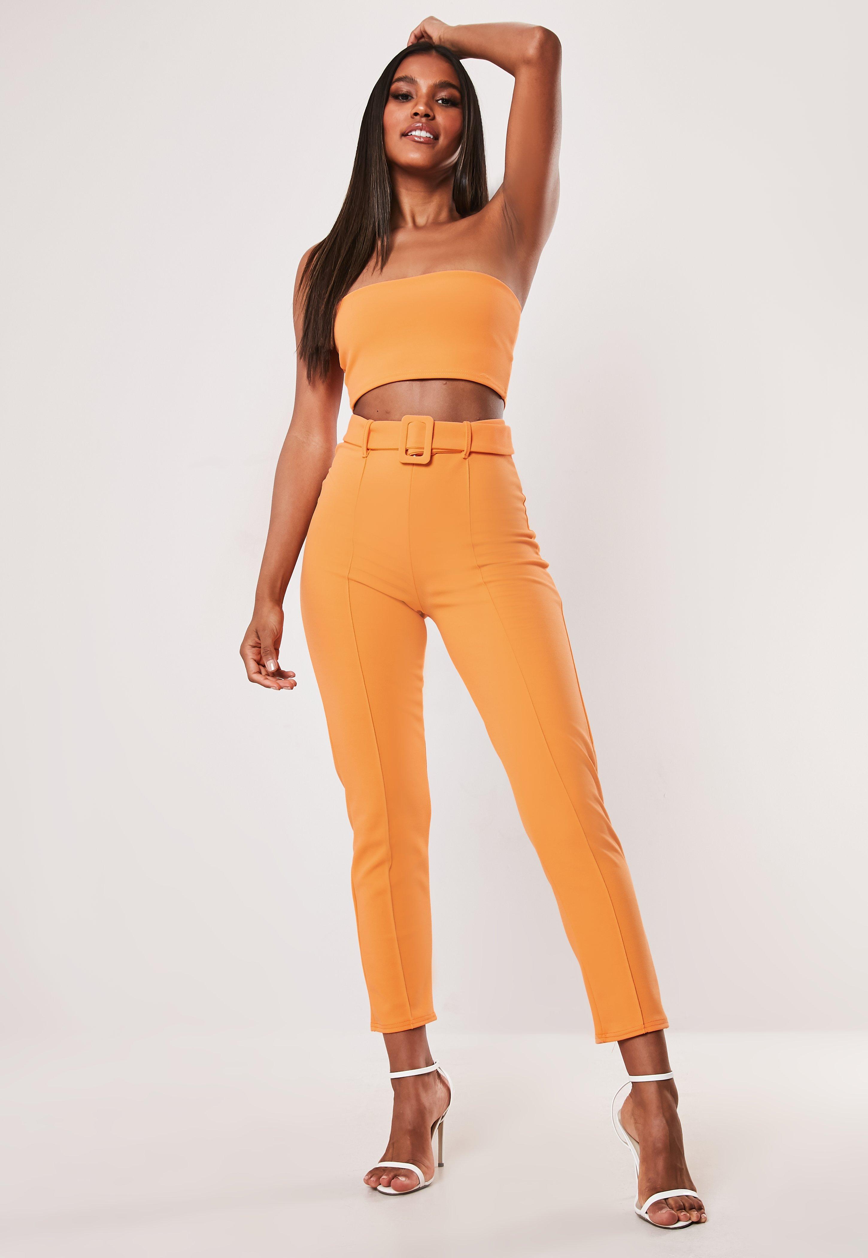 00650e5f6fe14 Krepp-Zigarettenhose mit hohem Bund und Gürtel in Orange