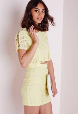 Minifalda con detalle de encaje y efecto carreras amarilla