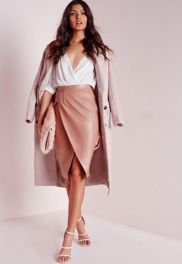 Jeans shirt, leather skirt and Hermes belt Find this Pin and more on Leather midi skirts by Neil. chic- mix it -rock the belt with a casual denim shirt and classic skirt The Chambray shirt is just so versatile.