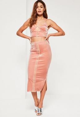 Różowa welurowa spódnica za kolano z ozdobnym zapięciem z przodu