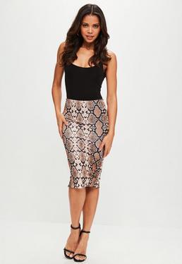 Falda midi con estampado de serpiente en marrón
