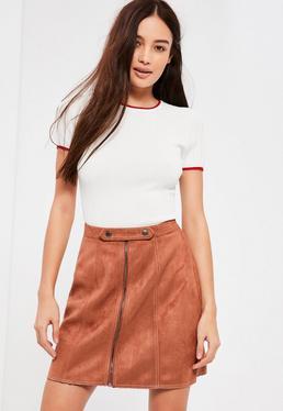 Jupe courte marron en simili daim et détails zippés