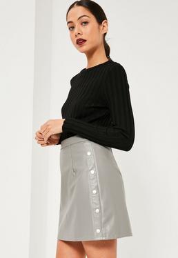 Mini-jupe évasée grise en simili cuir boutons pression