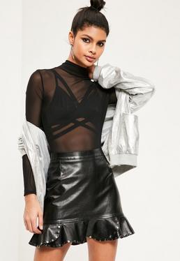 Mini-jupe noire en simili cuir bords froufrous cloutés