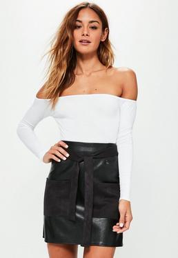 Mini-jupe noire en simili cuir détails poches