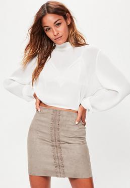 Mini jupe grise en suédine avec détails en dentelle