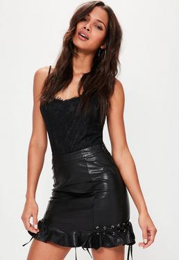 Czarna skórzana spódniczka mini z falbanami i wiązaniami